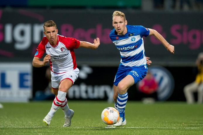 De Graafschap-middenvelder Stef Nijland in duel met Glenn Bijl van FC Emmen.