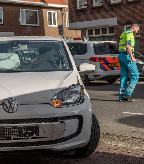 Twee auto's botsen op Heuvelstraat in Breda
