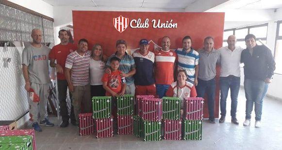 Medewerkes van Unión met hun kerstpakket, dat ze later zouden weggeven aan hun rivalen.