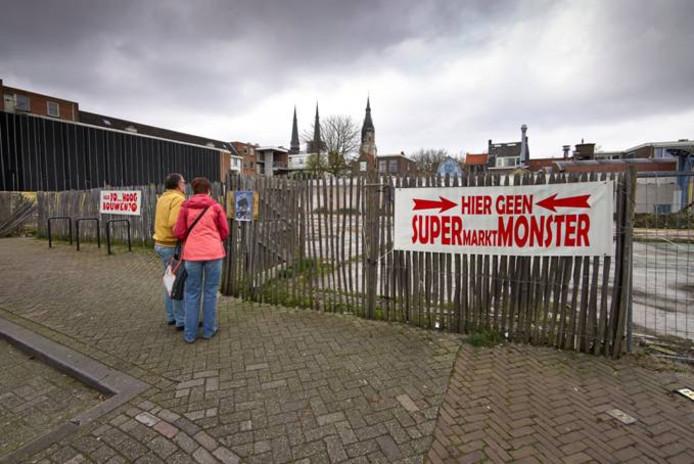 Spandoeken tegen nieuwbouw supermarkt aan de Kruisstraat in Delft.