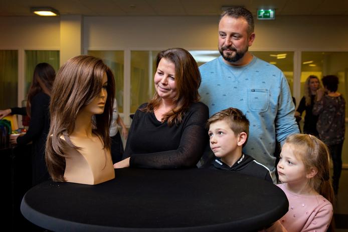 Rotterdam 04-02-2020 - Het is vandaag haardonatie dag in het Maasstadziekenhuis.  foto. Claudia heeft net haar op maat gemaakte haarstuk overhandigt gekregen.  Claudia met haar man en kinderen. fotografie: Sanne Donders
