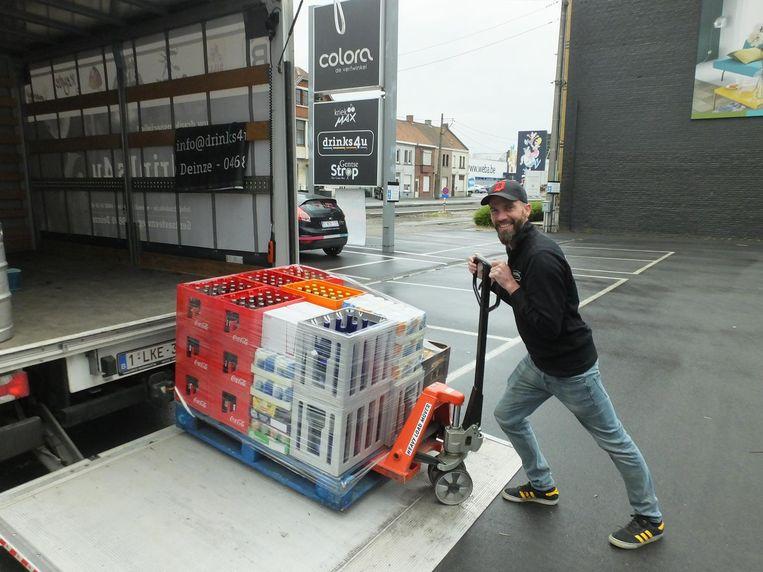 Handelaar Wim De Baets brengt de drank tot bij zijn klanten thuis.