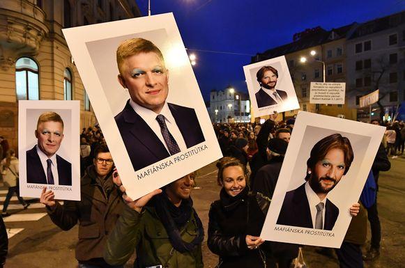 Fico en Kalinak werden door betogers als 'prostituees van de maffia' bestempeld.