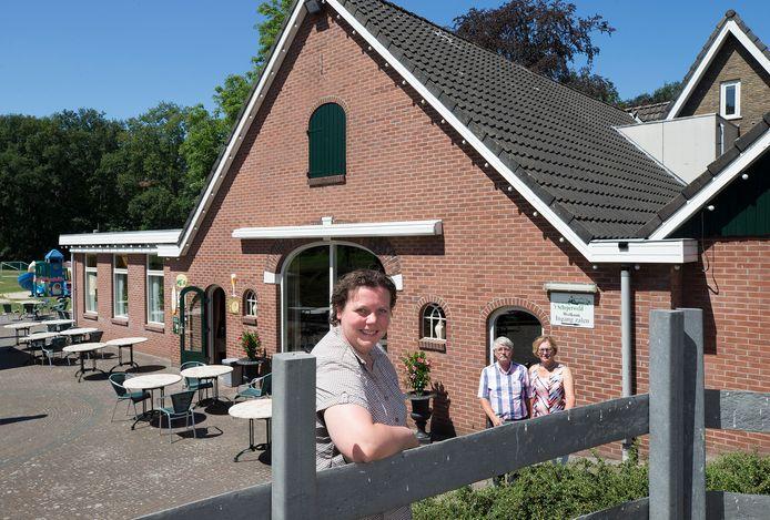 Suzanne Ruesink bij Het Schepersveld, met op de achtergrond Jan en Ina Hofsteenge.