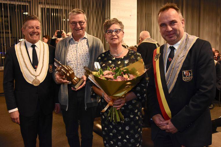 TROFEE de Helpende Hand 2019 - Kris Quartier bij zijn echtgenote, tussen Eddy Lafaut en burgemeester Francis Benoit