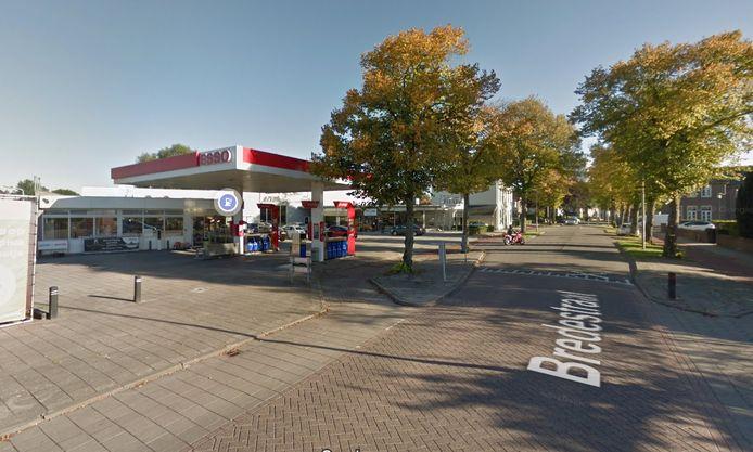 Het benzinestation aan de Bredestraat, midden in Oostburg.