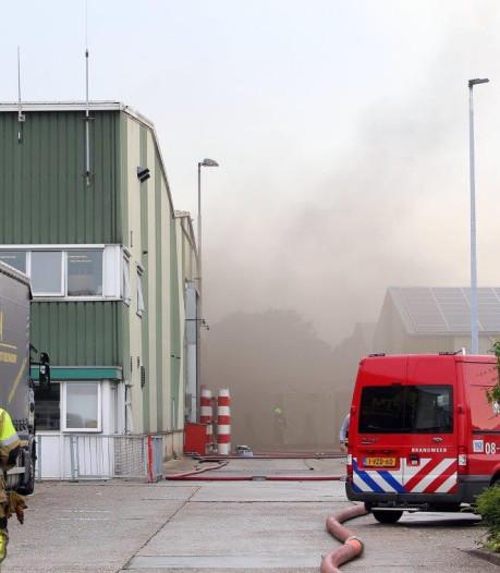 Brand bij houtverwerkingsbedrijf Plomp & Zn BV in Waardenburg, brandweer blust tot 20.00 uur na