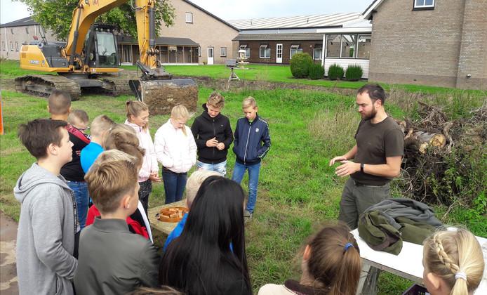 Michiel de Raaf legt leerlingen van de Mgr. Zwijsenschool uit wat een mottekasteel is.