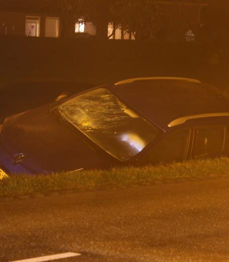 Auto rijdt sloot in bij Hellendoorn, bestuurster gewond