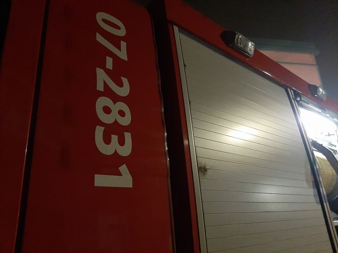 Schade van vuurwerk aan een brandweerauto in Ede.