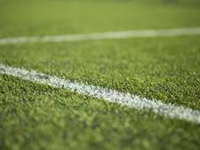 Veld van voetbalclub Wieldrecht bezaaid met glasscherven