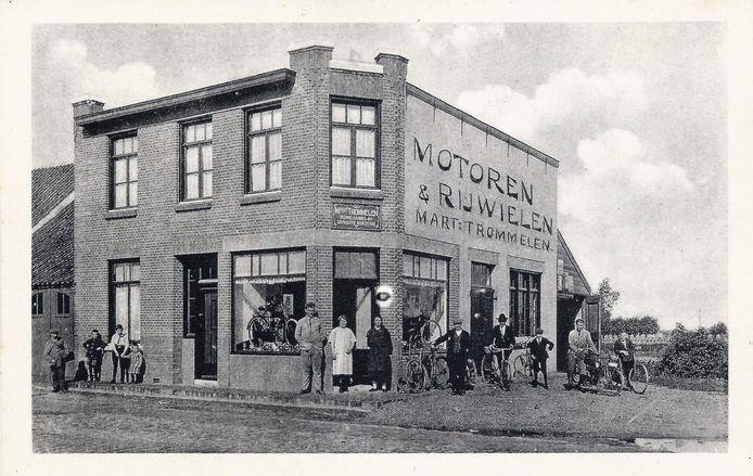 De voormalige fietsenzaak van  Martien Trommelen aan de Bredaseweg. De winkel zit er nog steeds, maar dan nu aan de overkant. De kruising wordt in de volksmond het 'kruispunt Trommelen' genoemd. Foto: Collectie Heemkundekring De Heerlijkheid Oosterhout