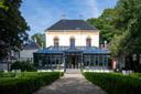 De tuin is een stukje Versailles in mini-formaat. Groot, met standbeelden en een flinke fontein.