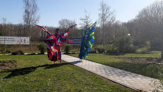 Still uit video steltlopers bij zorgcentrum Boxmeer