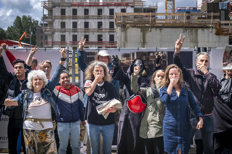 Demonstranten voor het Init-gebouw, waar de redacties van de Volkskrant, Trouw en Het Parool zijn gehuisvest.  Beeld ANP