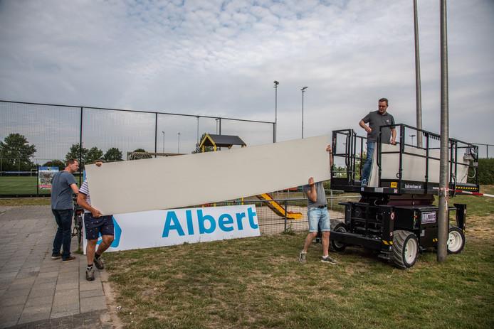 Op sportpark Jo van Marle zijn de voorbereidingen op het oefenduel tegen PEC Zwolle al in volle gang. ZAC besluit het 125-jarig jubileumjaar op 16 juli met een wedstrijd tegen PEC. ,,Het zou zonde zijn om zo'n jubileumwedstrijd op een veld van een andere vereniging te moeten spelen'', zegt bestuurslid Remco Voorhorst (op de foto in de hoogwerker).