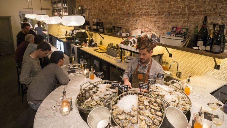 Brut de Mer serveert kleine schelp- en schaaldiergerechten om te delen en hele vissen en plateaus fruit de mer voor minimaal twee personen. Beeld Rink Hof