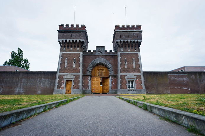 De poort van de gevangenis van Scheveningen