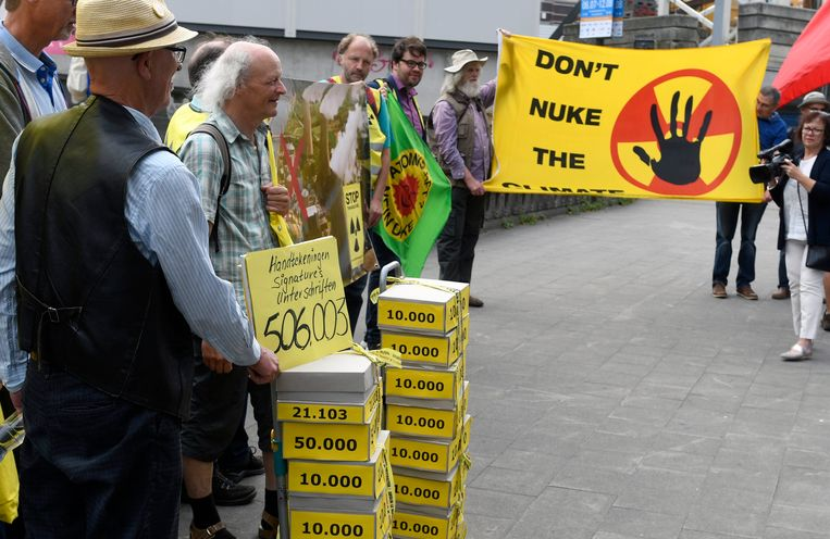 Overhandiging van petities tegen kernreactoren Tihange 2 en Doel 3 aan het FANC.