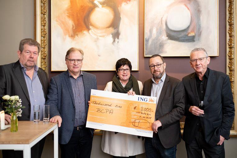 Cheque van PRIM voor het Begeleidingscentrum voor personen met autisme uit Mechelen (Muizen): Marc Thomaere, Chris Backx, Annemie Decrick, Jan Simons en Yves Van Dun