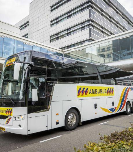 Tweede ambulancebus ingezet: ook in de tweede golf van het virus blijkt groepsvervoer van coronapatiënten hard nodig