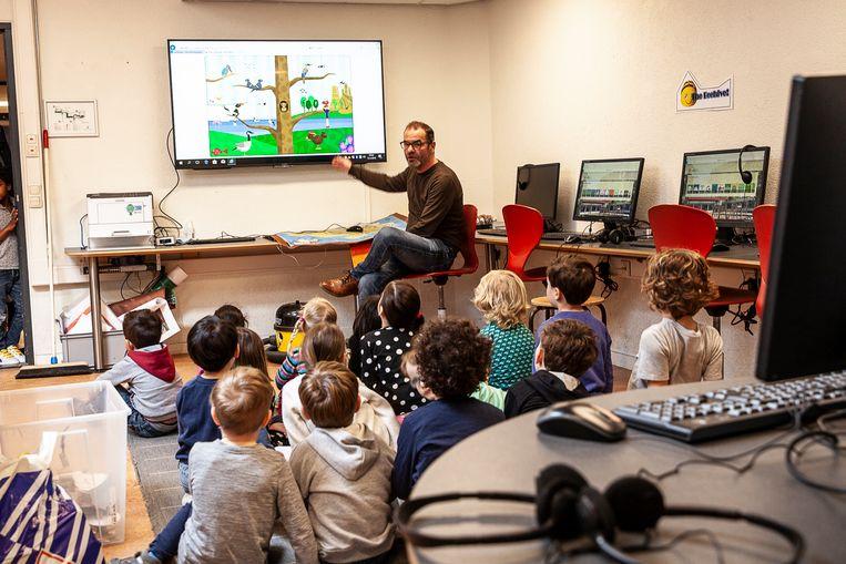 Kleuters op de Groningse Schoolvereniging krijgen ict-les, in het Engels. Beeld Harry Cock / de Volkskrant