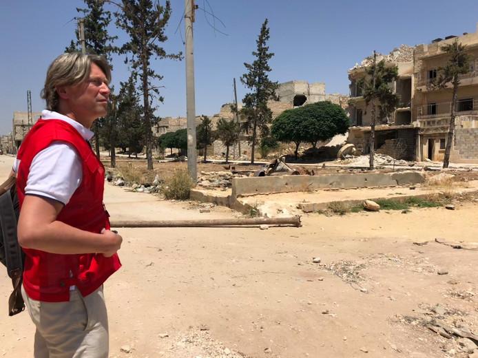 Juriaan Lahr tijdens zijn bezoek aan Syrië. 'Deze mensen zijn óók getroffen door het noodlot.' Foto Merlijn Stoffels/Rode Kruis