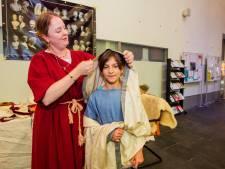 Eva laat zich op z'n Romeins uitdossen in de schoonheidssalon van Erfgoed Tilburg