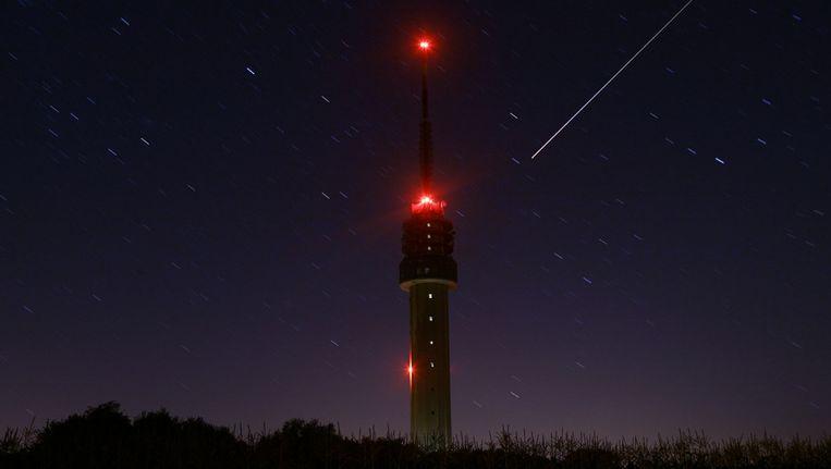 Een meteoor trekt een lichtspoor nabij de tv toren in het Overijsselse Markelo. Beeld Archieffoto ANP