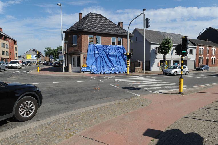 De BMW reed zaterdagochtend een leegstaand café binnen in Kortessem. De zaak is afgedekt met een zeil.