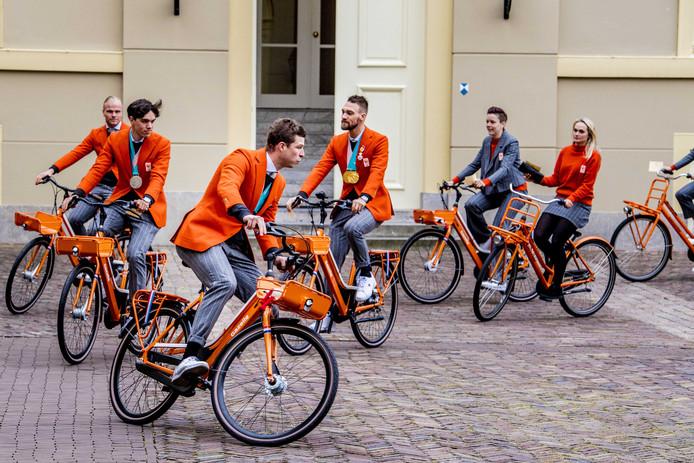 Medaillewinnaars Koen Verweij, Patrick Roest, Sven Kramer, Kjeld Nuis, Jorien ter Mors en Irene Schouten komen aan bij paleis Noordeinde voor een ontmoeting met koning Willem-Alexander, koningin Máxima en prinses Margriet.