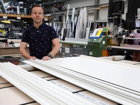 Doordeweeks runt hij een glasbedrijf, maar in het weekend loopt Angelo langs de lijn bij Nederlandse profclubs