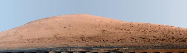 Curiosity maakte deze nieuwe panoramafoto van Mount Sharp, de toekomstige werkplek van de Marswagen. De foto is door NASA bewerkt, zo zou de berg er op aarde uitzien. Beeld reuters