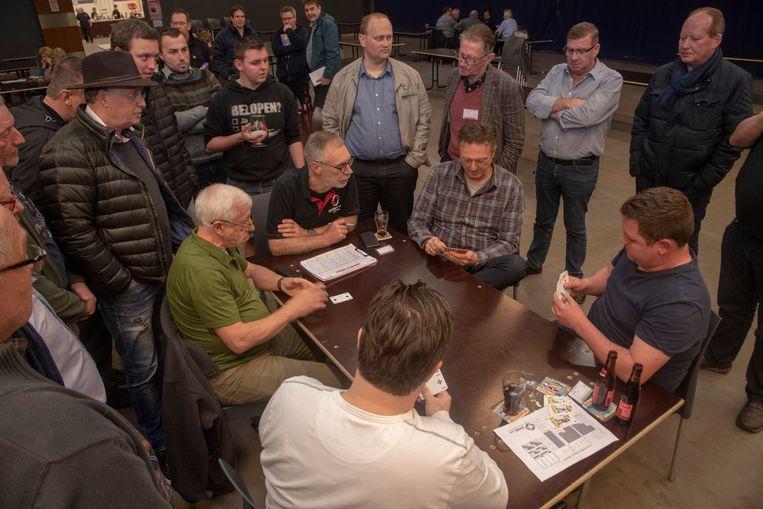 BK Wiezen in Kalken : kaarters volgen aandachtig één van de finaletafels met de latere kampioen. Paul Gysen (met groene shirt).