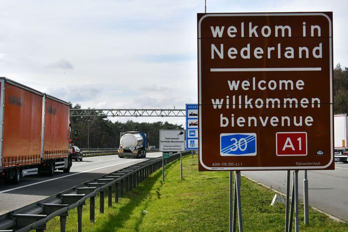 Grensovergang  Oldenzaal Autoweg A1 - De grens tussen Nederland en Duitsland is nog steeds open ondanks alle corona maatregelen.