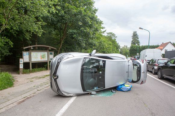 De Renault kantelde na de botsing.