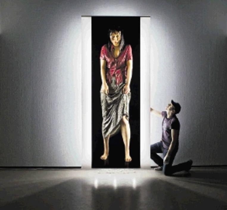 In museum Boijmans Van Beuningen in Rotterdam wordt een foto van Sylvie Zijlmans (Rananim, 2006) geplaatst. De foto is onderdeel van de tentoonstelling Surreëel. De expositie laat vanaf morgen zien hoe kunstenaars de afgelopen decennia hebben gespeeld met realiteit en fictie aan de hand van fotografie. (FOTO KOEN SUYK, ANP ) Beeld