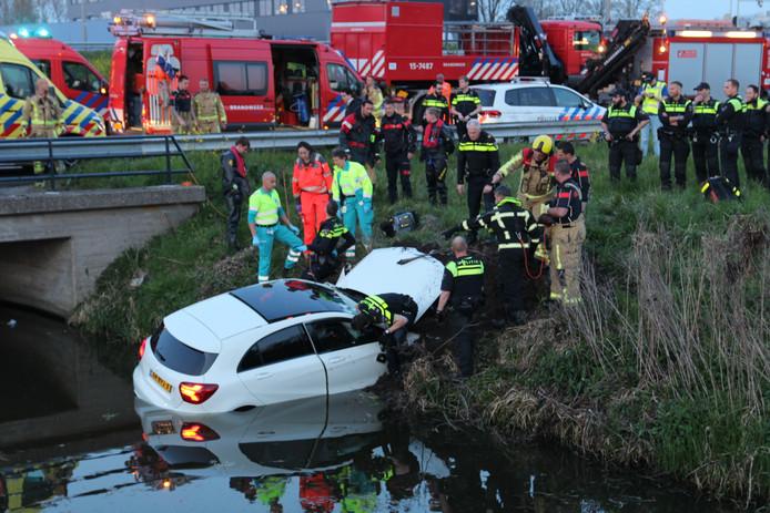 Auto te water langs A13 bij Delft.