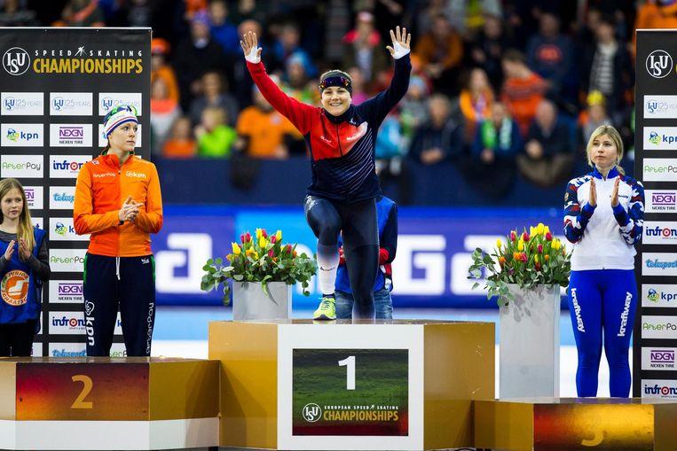 Karolina Erbanova met Jorien ter Mors (links) en Olga Fatkulina (rechts) tijdens de podiumceremonie van het EK Sprint in Thialf. Beeld anp