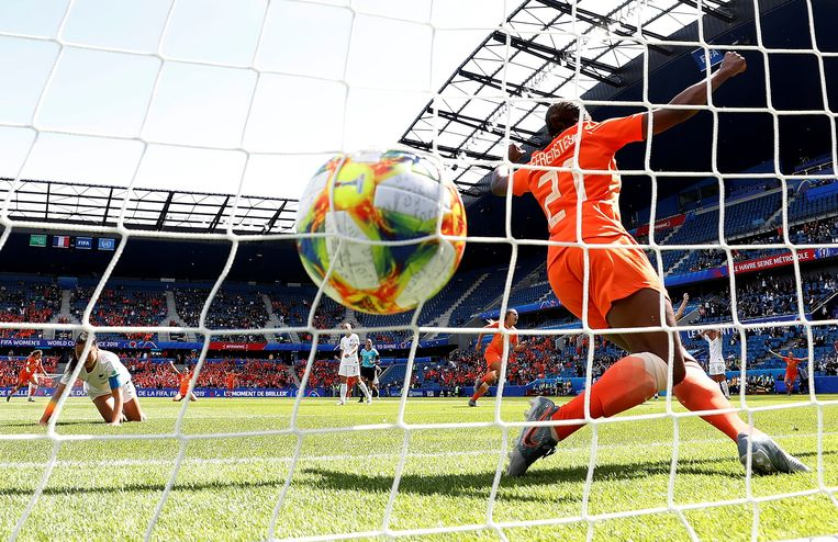 Invalster Lineth Beerensteyn juicht na het enige doelpunt tegen Nieuw-Zeeland. Zij kopte door, waarna een andere invalster, Jill Roord, kon scoren. Beeld REUTERS