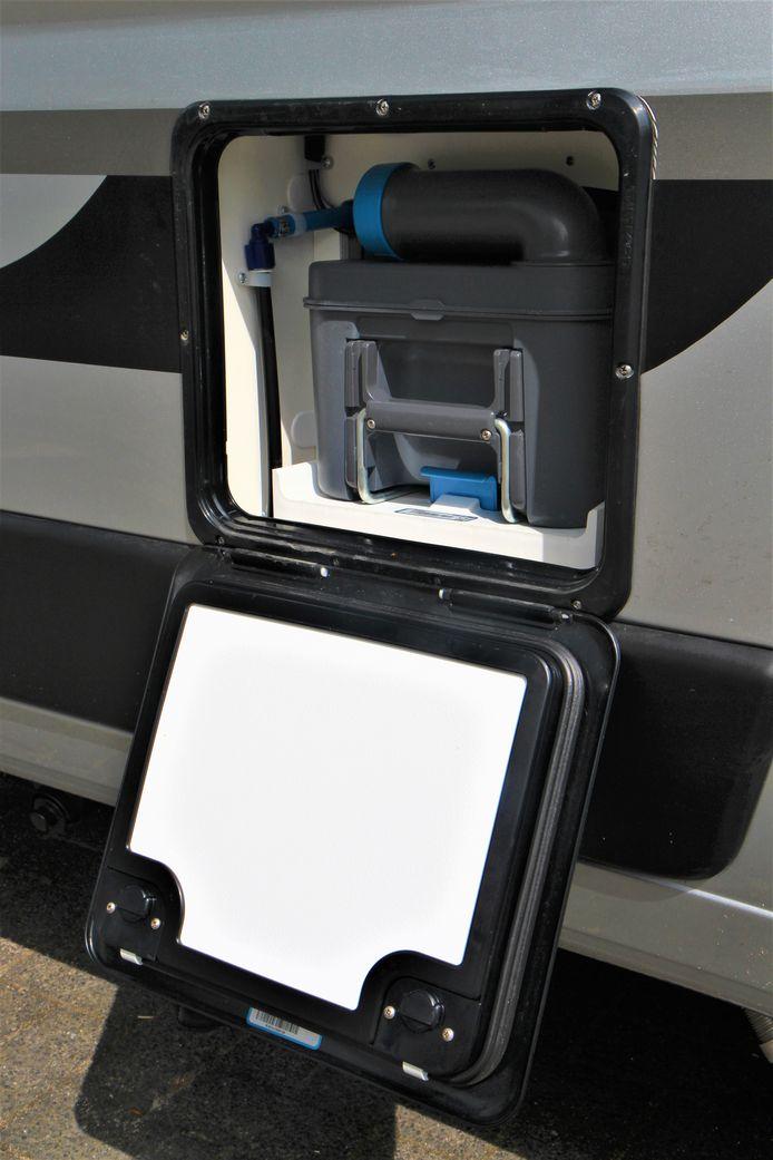 In tegenstelling tot de bergruimte van de gasflessen is de cassette van het toilet wél van buitenaf bereikbaar.