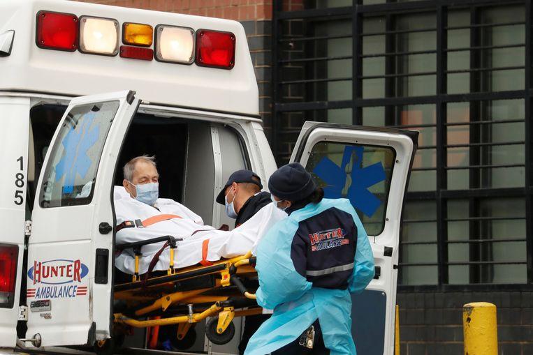 Een coronapatiënt in een ambulance in Queens, New York.