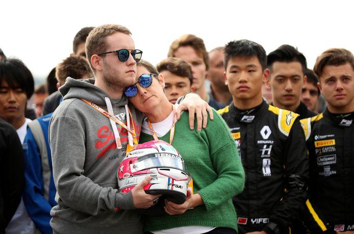 De broer en moeder van Anthoine Hubert rouwen bij de start van F3-race.