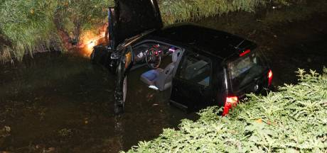 Automobiliste verliest controle over het stuur en raakt te water bij Tollebeek