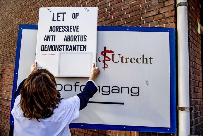 Bij het Vrelinghuis in Utrecht wordt gewezen op de anti-abortusdemonstraties, die daar geregeld plaatsvinden.