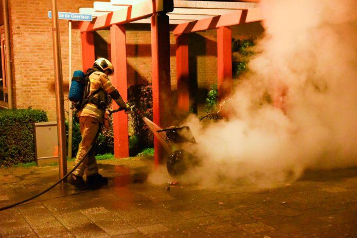 De brandweer blust een vermoedelijk aangestoken scooter in de Utrechtse wijk Hoograven.