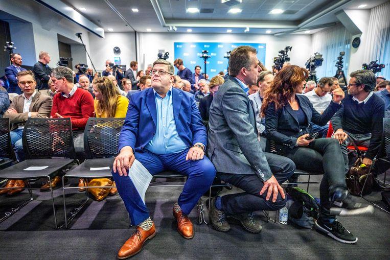 Jan Cees Vogelaar (midden in het blauwe pak) tijdens de door hem georganiseerde persconferentie. Beeld Raymond Rutting / de Volkskrant