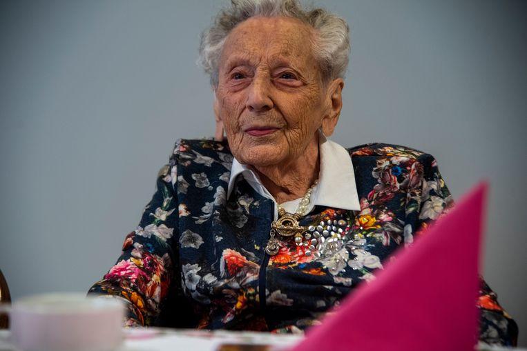 Elza geniet van haar 106de verjaardagsfeest.