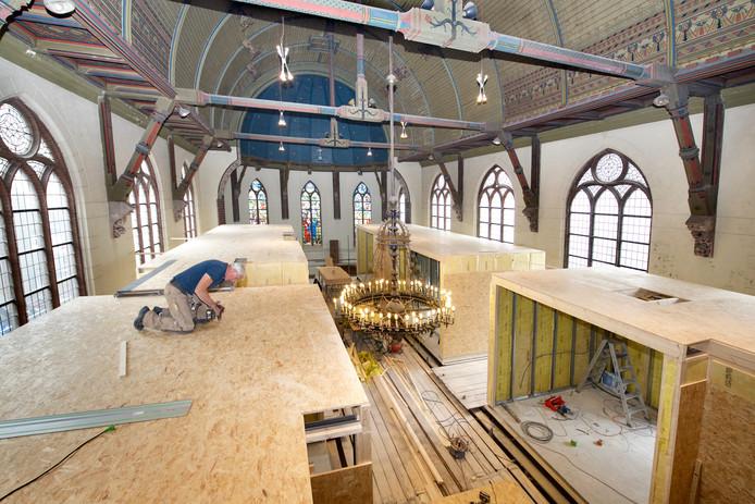 Bizar-Bazar in aanbouw in de voormalige Evangelisch-Lutherse kerk aan de Spoorwegstraat.