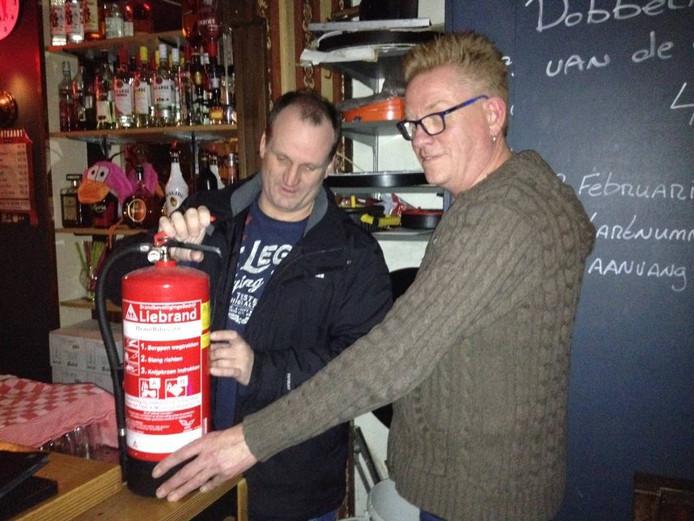 Jeroen Beskers (links) controleert de brandblusser van Jan Nijlant.